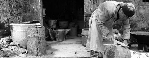 LaoChang un artisan de moule travaille devant son atelier © Feng Hatat